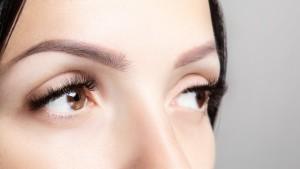 czesc-twarzy-kobiety-z-dlugimi-brazowymi-rzesami-i-mikrobladingiem-portret-kobiecego-piekna-przedluzanie-rzes-pielegnacja-brwi-uroda-i-spa_100739-233